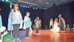 Enfants et malvoyants ensemble sur scène