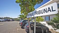Alors que l'un des deux prévenus, jugés hier à Nouméa, frappait le chauffeur,  le second lui volait son sac à dos resté dans le bus.