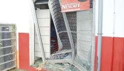 C'est en heurtant les grilles avec la benne d'un pick-up volé que les prévenus s'étaient  introduits dans ce magasin de Bourail pour y voler alcool et cigarettes.