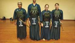 Les pratiquants de kendo entraînés par deux grands maîtres