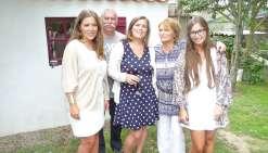Le dernier instant de bonheur de la famille pris en photo. Pauline (à gauche) Audrey (au milieu) et Mathilde (à droite) à présent entre la vie et la mort, posent avec leurs parents.