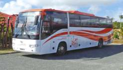 Le bus orange du Raï  sillonne les routes de Lifou