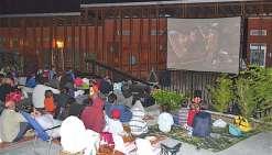 Une séance de cinéma  pour la bonne cause à Bwadouvalan