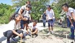 Des collégiens fouillent le site du bagne