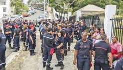 Hier matin, devant les grilles du haut-commissariat. Une centaine de pompiers étaient rassemblés symboliquement pour manifester leur colère.