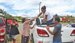 Dumbéa, mercredi 23 novembre. Dès midi, Annie-Eva Mesikoeo et sa famille ont improvisé une collecte sur le parking de la piscine de Koutio pour venir en aide aux sinistrés.