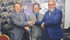 De gauche à droite : Christopher Buckley, vice-président exécutif d'Airbus, Bernard Deladrière et Didier Tappero, respectivement président et directeur général d'Aircalin. Le premier vol d'un Airbus sous les couleurs d'Aircalin, c'était en 2000 !