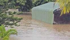À Bourail, les pluies ont inondé la commune en quelques heures. Si le réseau routier était praticable, quelques axes secondaires ont été inaccessibles à cause de la montée des eaux.