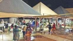 Le marché nocturne sous la pluie