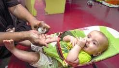 Nouméa, hier. À la crèche La Ribambelle, comme dans beaucoup d'autres, les parents sont priés de munir leurenfant d'un répulsif en spray. À 14 h 30, juste après la sieste, les petits sont « aspergés ».