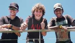 Esteban - « Armagz » pour le net, son ancien pseudo de PS3, une console de jeux vidéo - encadré par Micke (lunettes de soleil) et Jacko, deux de ses potes avec lesquels il bidouille ses délires sur le net.