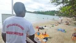 En plus de la baie des Citrons, la plage de l'Anse-Vata et celle du Château Royal ont été interdites pendant une heure après le signalement d'un requin.