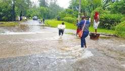 Dans le secteur de Nondoué, après le golf de Dumbéa, plusieurs portions de route étaient envahies par les eaux. À partir de 13 heures, les habitants tentaient leur chance en traversant à pied tant que c'était encore possible. Une demi-heure plus tard, l'a