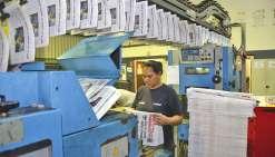 L'encarteuse assemble les deux cahiers du journal : deux fois 24 pages ce soir-là. Un contrôle permet d'écarter automatiquement les exemplaires  non-encartés, pour éviter qu'un lecteur ne soit privé d'un des deux feuillets.