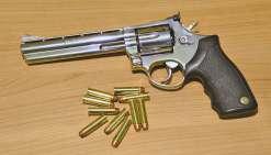 L'arme puissante a été braquée en direction du malheureux qui ne pouvait pas savoir qu'il s'agissait d'un faux. Cela se réglera, quoi qu'il en soit, devant le tribunal.