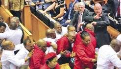 Le président Zuma chahuté, bagarre générale au Parlement