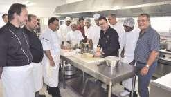 Invité par l'EFPA la semaine passée en partenariat avec l'association des chefs calédoniens, Les Toqués du Caillou,  le médiatique Michel Sarran a échangé avec l'équipe en cuisine ou Jean-Louis d'Anglebermes du gouvernement.