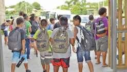 Classe anti-échec scolaire et tee-shirts colorés à Païamboué