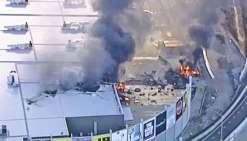 Un avion s'écrase sur un centre commercial