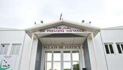Il dépouille deux juges dans le palais de justice