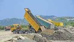 Les terres issues des terrassements ou les bétons déferraillés sont déchargés - jusque-là gratuitement - sur le site de Koutio-Kouéta. Une société prestataire de la province oriente les camions, assure l'endigage et la sécurité du site.