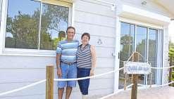 Christian Appaganou et Claude May, les propriétaires des lieux, proposent aux visiteurs une solution d'hébergement tout confort à 100 mètres de la plage de Tanghy.