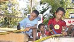 Borendy, le 7 avril. Les enfants et les adolescents du district s'intéressent à tous les ateliers. Celui consacré au tapa les a particulièrement passionnés, comme le sont ces petits garçons battant patiemment des branches mouillées pour en décoller l'écor