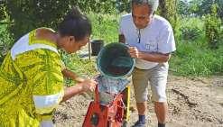 Camalé, le 24 avril. Valentine et José Kabar dépulpent les cerises rouges cueillies par les enfants volontaires de la tribu de Gatope. A l'issue de la récolte, une quinzaine de kilos de café vert devraient être obtenus.