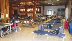 Des lits de camp pour les touristes à l'aéroport