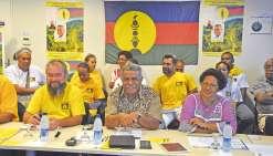 Le candidat Louis Mapou, entouré de militants UNI, a la réponse à une question : « En quoi un élu indépendantiste ne serait-il pas en mesure de défendre les intérêts de la Nouvelle-Calédonie auprès de la représentation nationale ? Bien au contraire, ce se