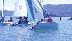 Les jeunes naviguent ensemble