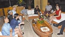 Annick Girardin conclut  sa visite avec de jeunes  Calédoniens