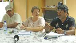 Grégoire Ouary (à g.), délégué syndical du SGTINC-Cogetra, Evelyne Serieyssol, secrétaire générale adjointe de la branche industrie de la CFE-CGC, et Pascal Pujapujane, délégué syndical de l'USTKE.