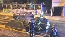 Les pompiers éteignent le véhicule en flammes alors que les hommes de la Bac prennent en charge le conducteur indemne.