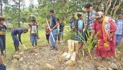 Isabelle Oujanou a clôturé la journée culturelle en plantant un cocotier.