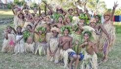 Les enfants de Canala ont offert une danse traditionnelle aux élèves, aux parents et aux personnels enseignants de La Roche, guidés par leurs enseignantes, justement originaires de Maré. Leurs camarades Si Nengone iront également les retrouver en pays Xâr