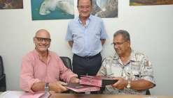 Didier Tappero, directeur général d'Aircalin, et Joseph Laloyer, directeur général d'Air  Vanuatu ont signé l'accord hier, en présence de Bernard Deladrière, président du CA.