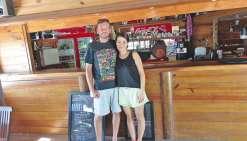 Patrick et Fumi accueillent les visiteurs depuis un an à Ouano.