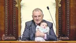 Un bébé sur le siège du président du parlement