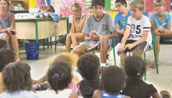 Jeudi dernier, Elsa Le Hellec et ses jeunes conteurs étaient à l'école de Bayes pour  raconter leurs histoires.