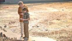 Julianne Moore et le jeune Oakes Fegley à la recherche de la vérité, sur une maquette de la ville de New York.