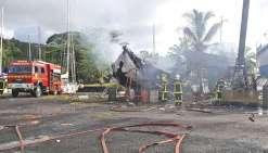 Un voilier explose à la marina de Taravao