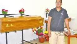 En complément d'Aïto ambulance, Ken Maihuri a créé son entreprise de pompes funèbres.
