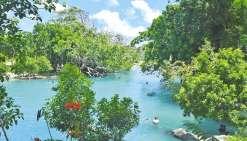 Au Blue Lagoon, petits et grands peuvent batifoler dans l'eau et jouer à Tarzan depuis les plateformes aménagées dans les arbres.