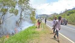 Pour lutter contre les incendies, désormais éteints, du Mont-Dore, des pompiers de l'agglomération et de Nouméa sont venus en renfort de ceux du Mont-Dore et de la Sécurité civile.
