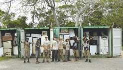 Les bénévoles posent devant les containers prêts à être chargés sur le bateau de  marchandises qui doit les acheminer à Nouméa.