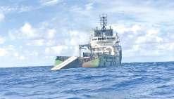 Le Kea Trader, brisé en deux et ballotté par les flots, continue de déverser une partie de sa cargaison. Ici, l'état de l'épave, le 22 mars.