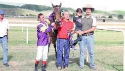 Captain Whisper n'a laissé aucune chance à ses concurrents lors des 1 450 mètres du prix Bouraké. De quoi fairela joie de son jockey Gaylord Beaunez (à gauche) et de son le propriétaire Charles Devillers (à droite, en rouge).
