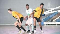 Deuxième au classement de la Super Ligue de futsal, l'UNC (en jaune) tentera  de grimper en tête en battant le leader actuel, l'ASPTT, aujourd'hui. Photo Julien Cinier