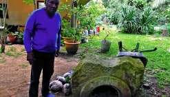 Différentes trouvailles ornent le jardin de Charles. Un bassin « joliment taillé » trouvé dans la mer ou une table sainte façonnée par les déportés. « Je les ramasse, c'est vraiment dommage de les laisser comme ça à l'abandon », explique-t-il. Photo J.T.